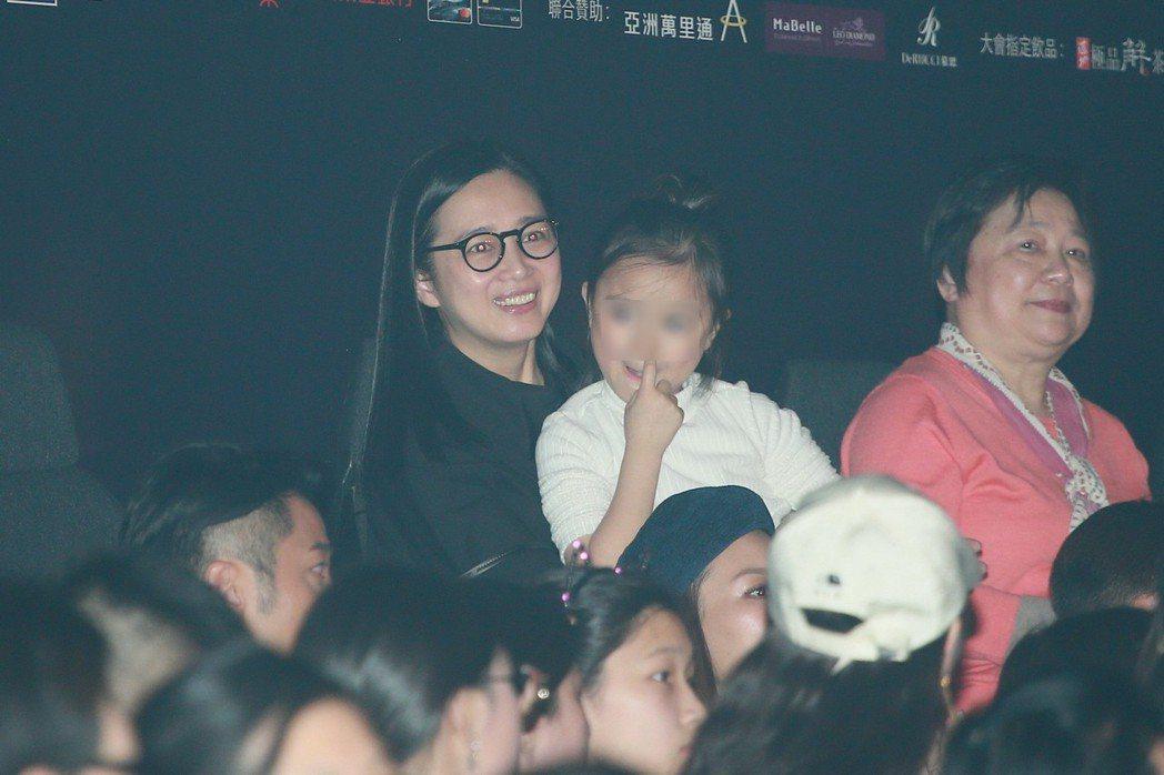朱麗倩帶著女兒觀賞演唱會。 圖/CFP