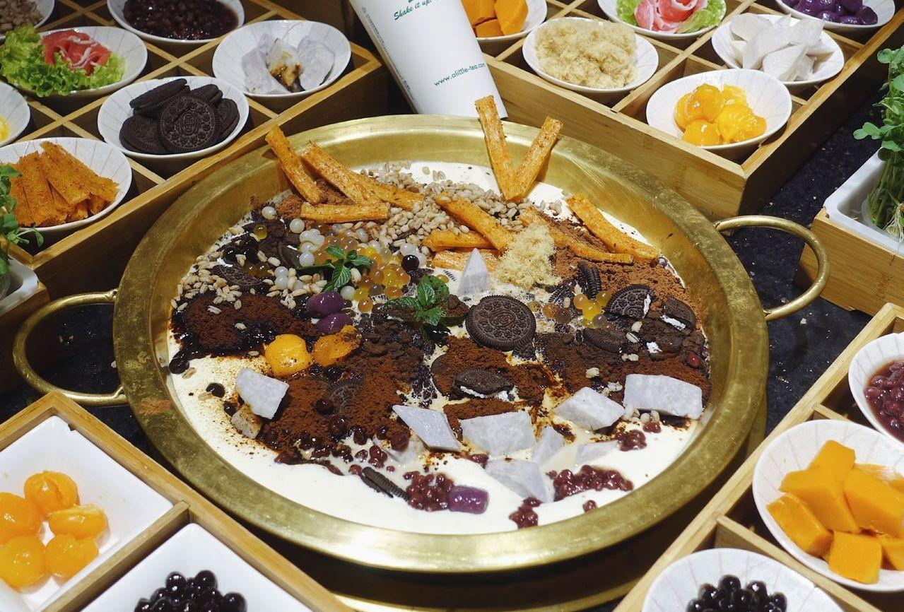 髒髒奶茶火鍋內,有OREO餅乾、辣條、芋圓、紫薯等材料。(取材自微博)