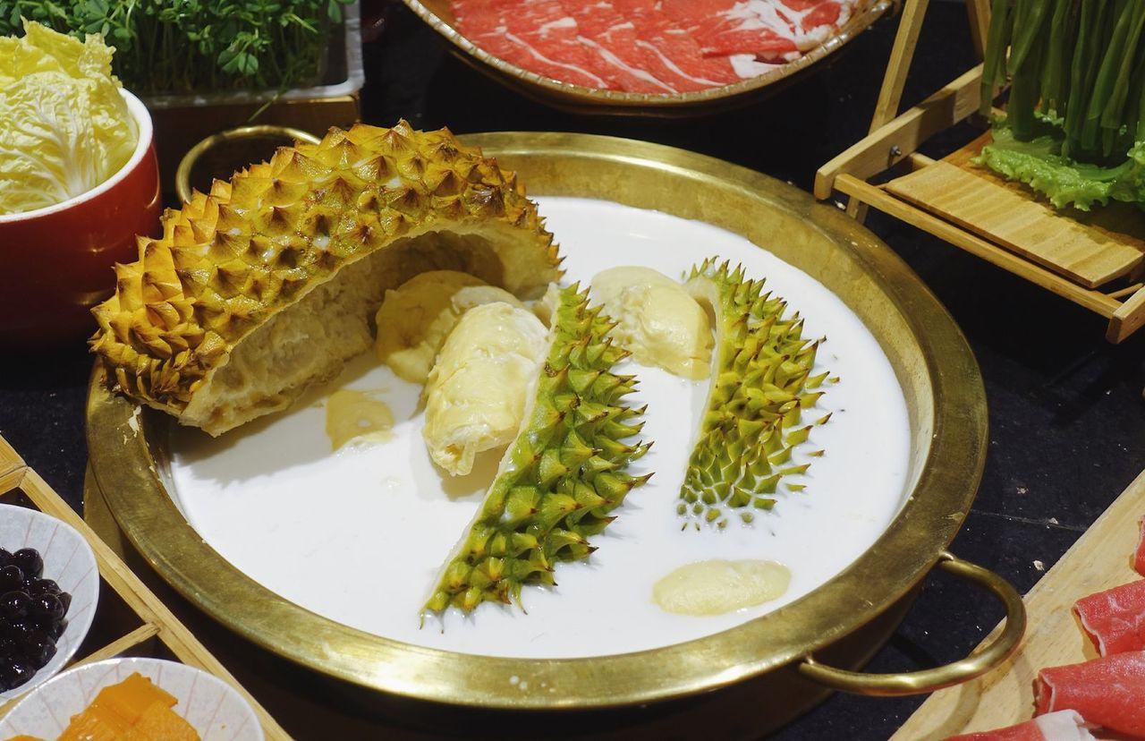 榴槤椰奶鍋挑戰食客味覺。(取材自微博)