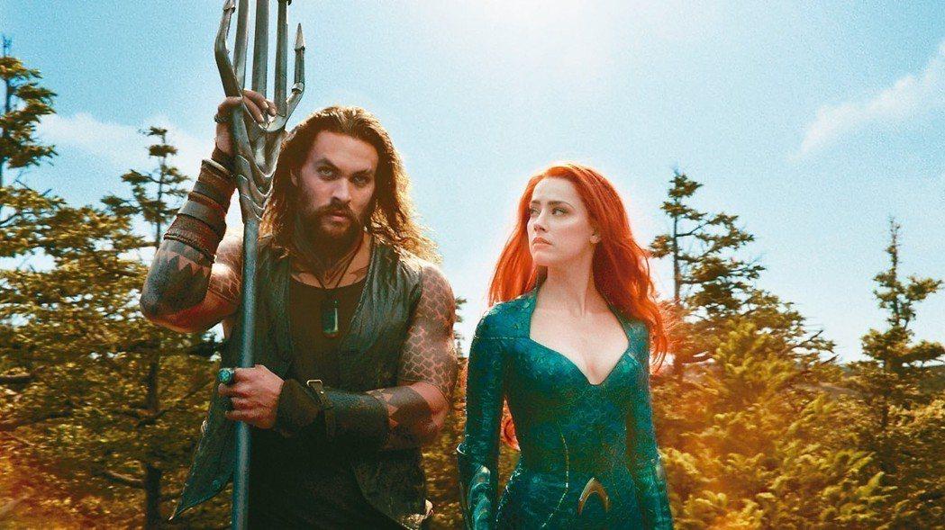 傑森摩莫亞(左)在「水行俠」與安柏赫德(右)發展浪漫又動人的感情戲。 圖/華納兄