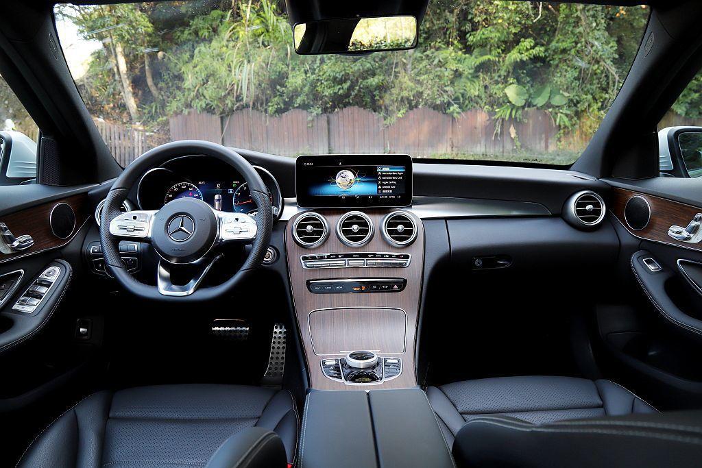 入門車型需選配的中控10.25吋多媒體螢幕、12.3吋寬螢幕數位儀表、360度環...