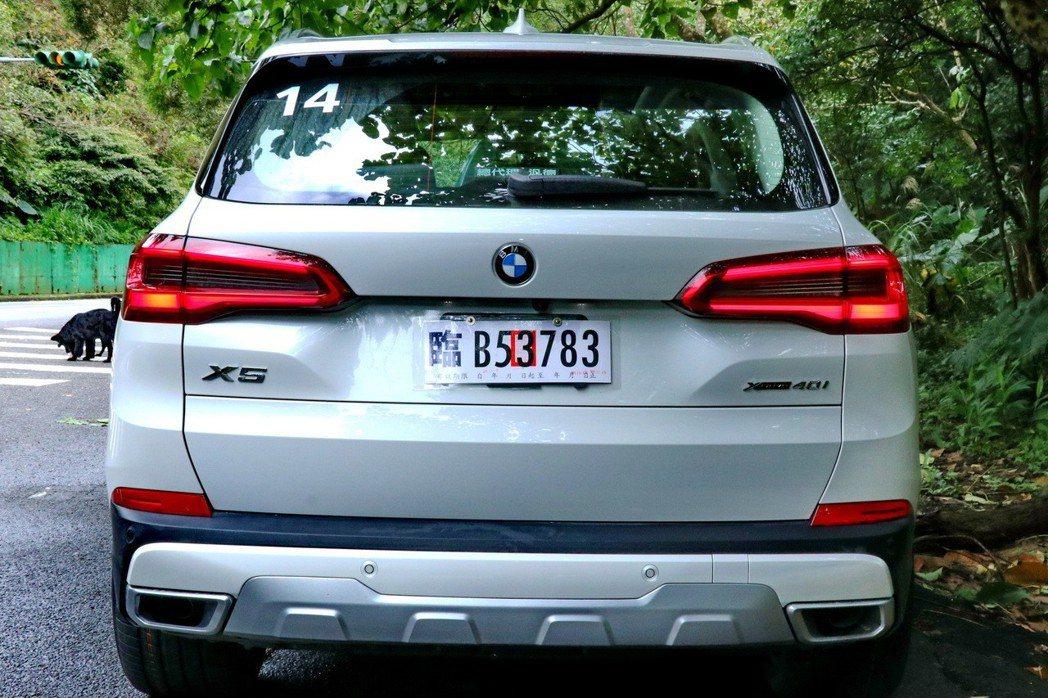 BMW X5的車尾識別度更高。 記者陳威任/攝影
