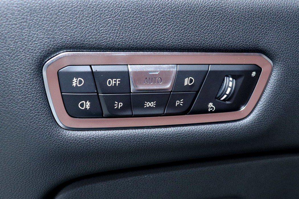 每台車燈光控制鍵的位置不同,但符號都是共用的。 記者陳威任/攝影