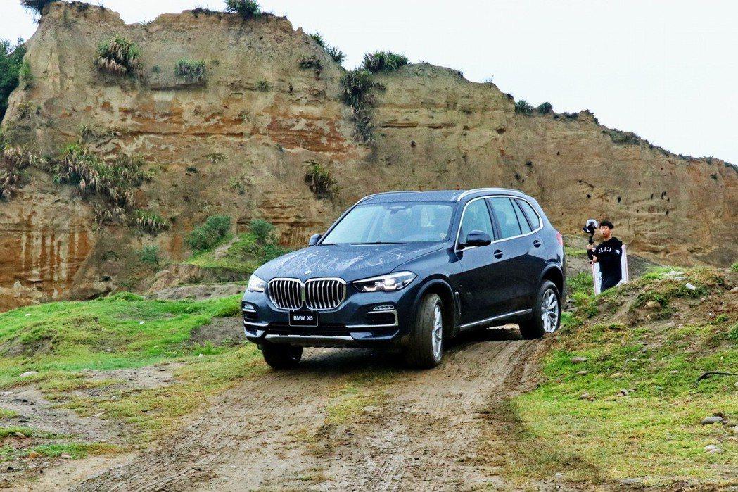 BMW X5 xDrive40i可輕鬆穿梭泥濘路面。 記者陳威任/攝影