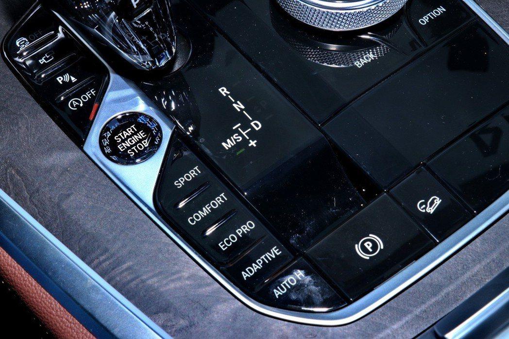 駕駛還可透過位於排檔桿旁的動態行車模式按鈕,在SPORT、COMFORT、ECO...