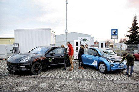 充電3分鐘就內跑100公里! BMW與Porsche示範快速充電系統