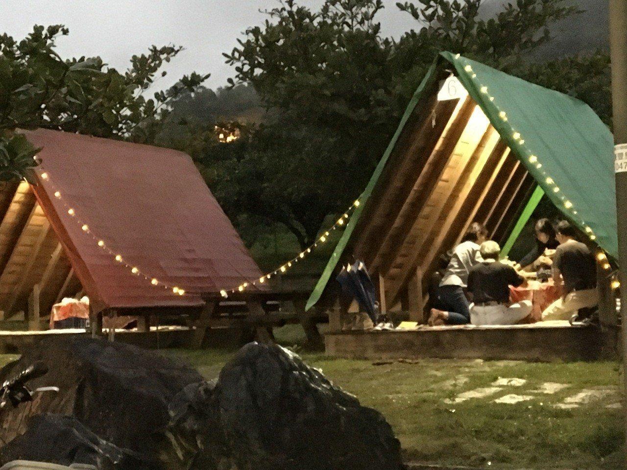 東豐休閒農業區露營區,特色是彩色屋頂的木棧板,提供遊客不同的住宿選擇。記者徐庭揚...