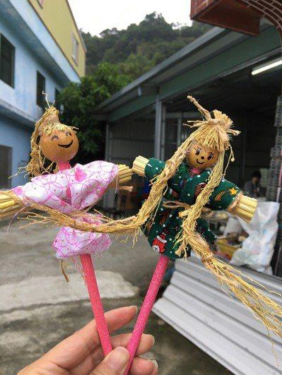 「莊稼緣農莊」帶領體驗使用東豐特產稻米收成後的稻梗製作成稻草鉛筆人。記者徐庭揚/...