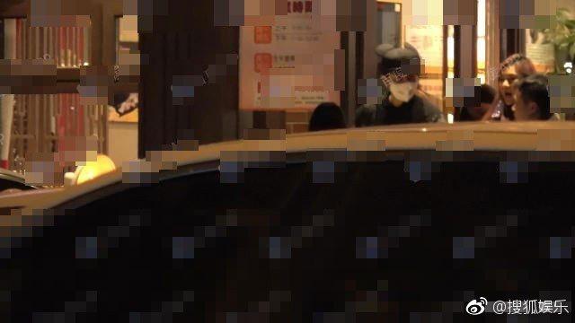范冰冰(右)與李晨(左)出外深夜嗑火鍋。圖/摘自微博