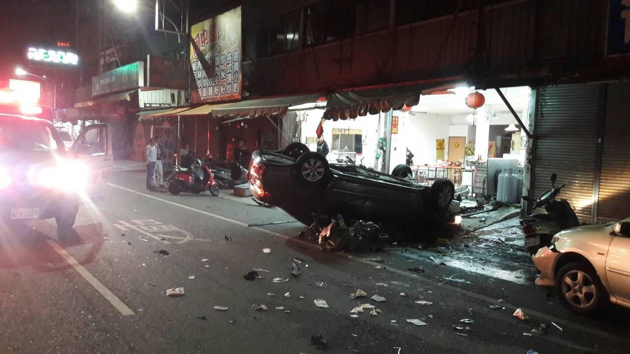 嘉義市興達路和博愛路口今天凌晨發生一起2死2傷死亡車禍,事故現場一片狼藉。王慧瑛...