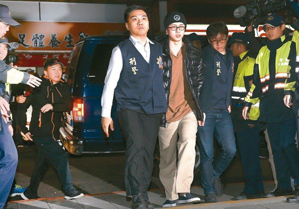 孫安佐(中)11日返台後被送往士檢偵訊,事前孫鵬(左)向桃院聲請提審,院方審酌後