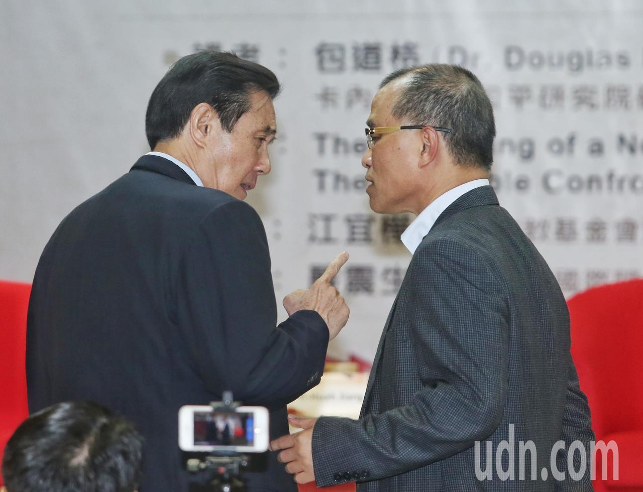 將接任高雄副市長的葉匡時(右)與前總統馬英九(左)上午一同出席演講活動,二人會前...