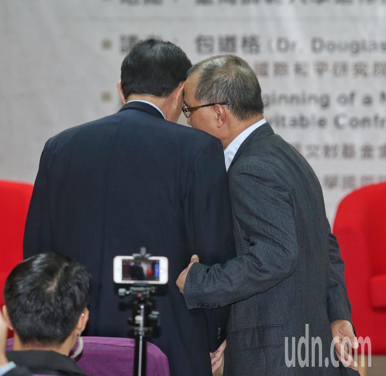 將接任高雄市副市長的葉匡時(右)與前總統馬英九(左)上午一同出席演講活動,二人會...