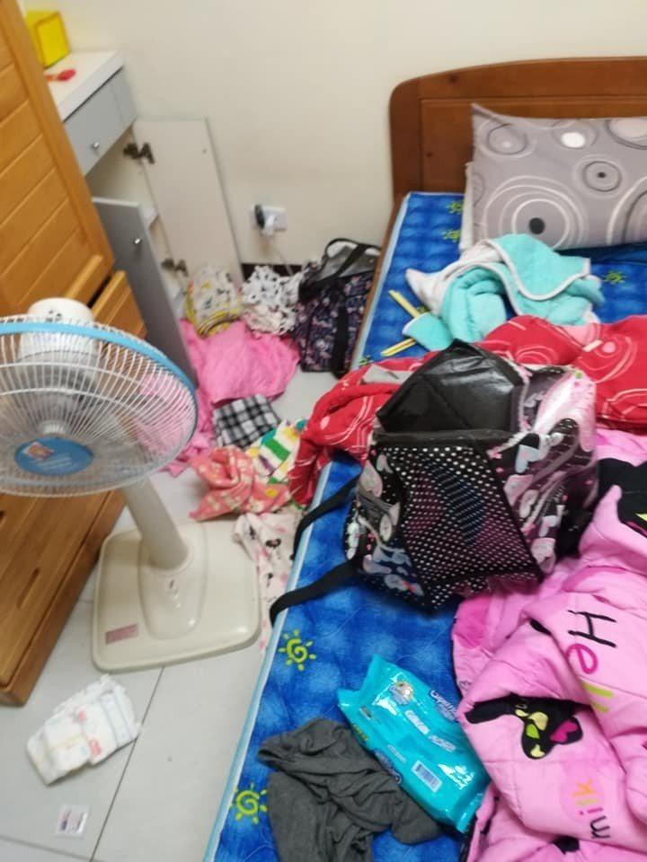 有網友貼出自家屋內的照片,被人翻箱倒櫃,弄得一團亂。她說是小孩利用她去陽台講電話...