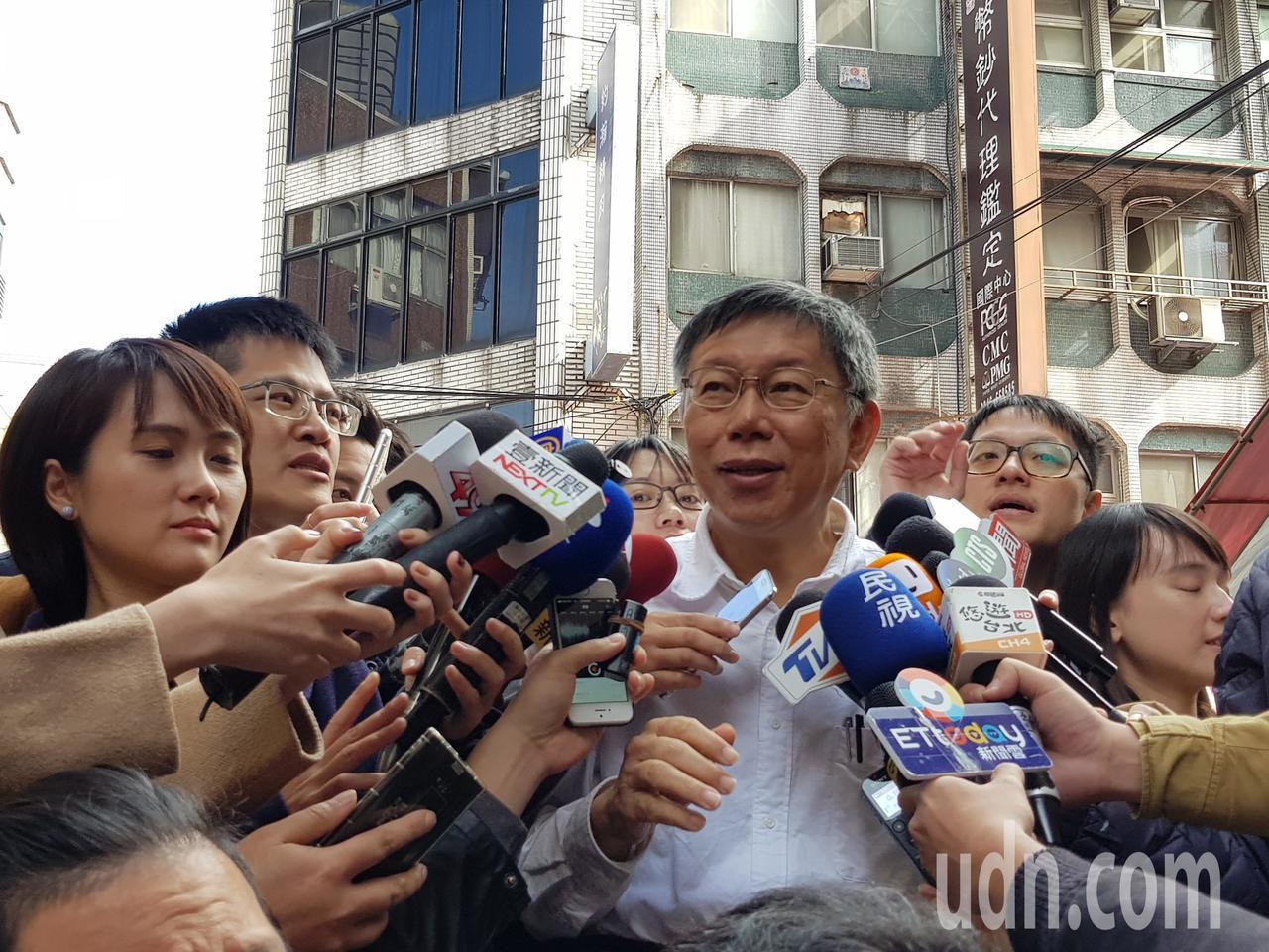 台北市長柯文哲今天上午到牯嶺街出席書香市集活動受訪。記者翁浩然/攝影