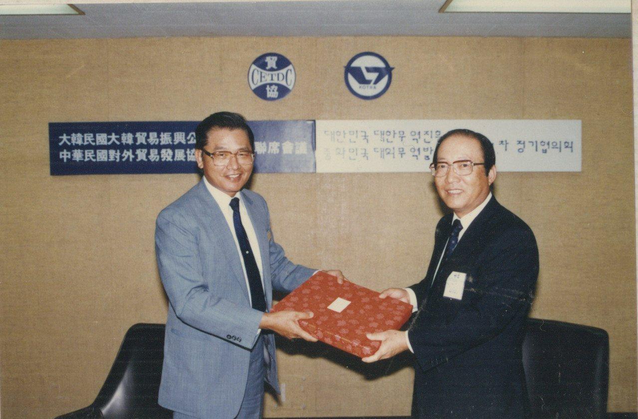 海基會前董事長江丙坤(左)於1985年擔任貿協秘書長期間,召開貿協與韓國貿易振興...