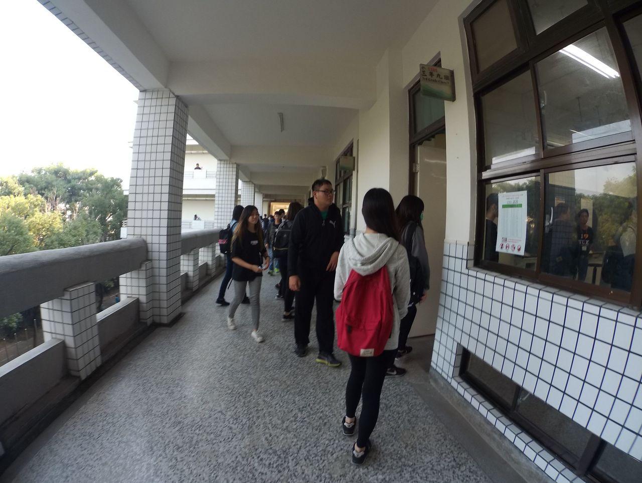 108學年度第二次高中英語聽力測驗今天舉行,考生進入試場。圖/高雄大學提供