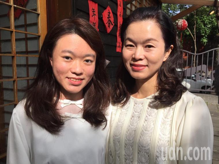 18歲的小慧(左)是一名泡泡龍症的患者,從小飽受皮開肉綻的痛苦,但她並沒有被病魔...