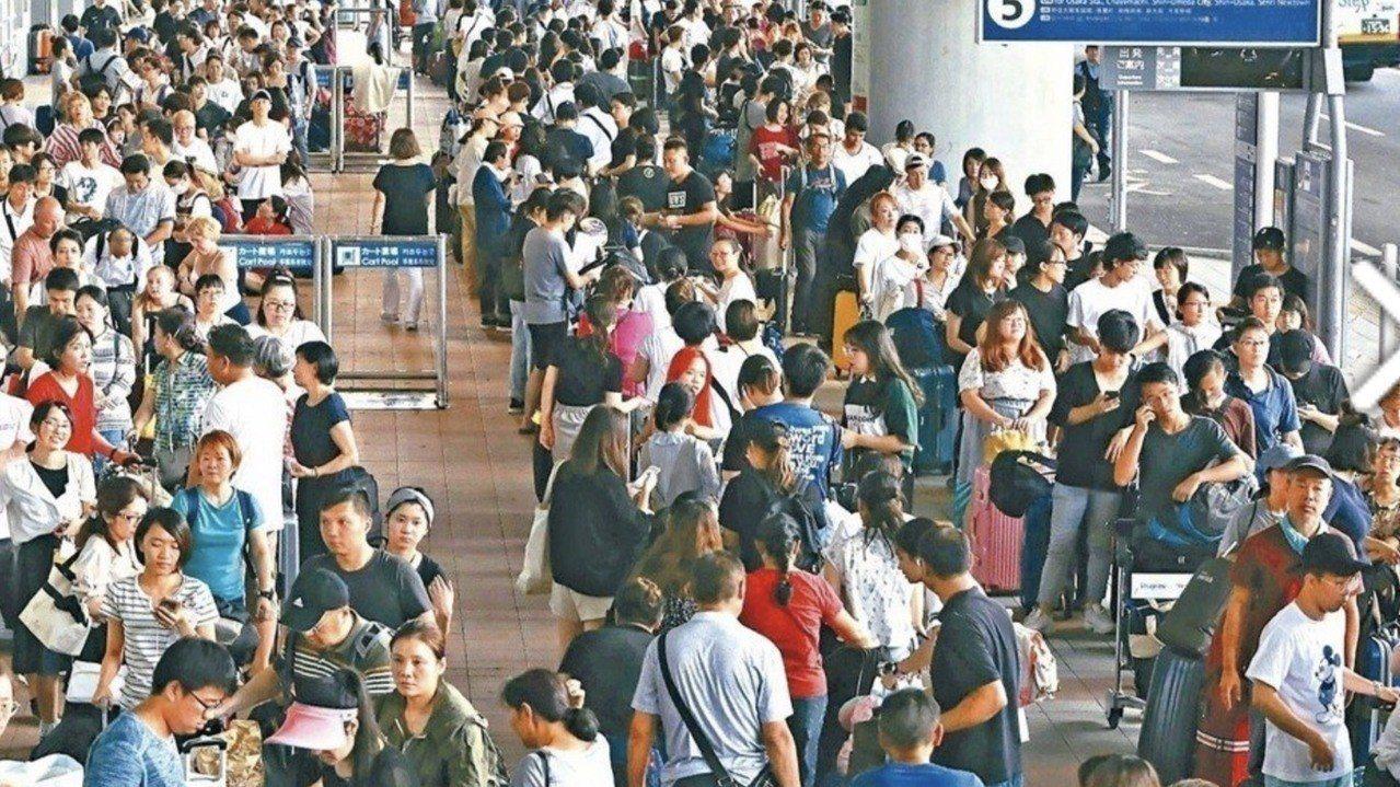 關西機場今年因颱風侵襲封閉,有旅客在PTT貼文,靠著中國使館巴士才脫困,駐日代表...