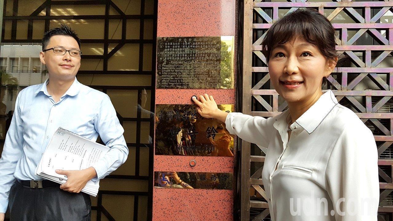 已故市議員李新的前女友郭新政(右)。本報資料照片