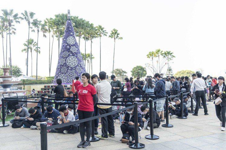 小米高雄夢時代專賣店開幕推出眾多好康優惠,今早(12/15)湧入大批排隊人潮。圖...