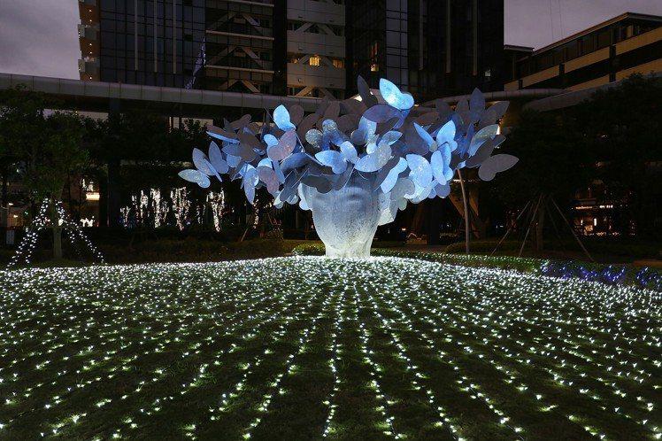 台北萬豪酒店的「蝴蝶夫人」造景近期換上光影新裝,呈現不同的氛圍。圖/台北萬豪酒店...