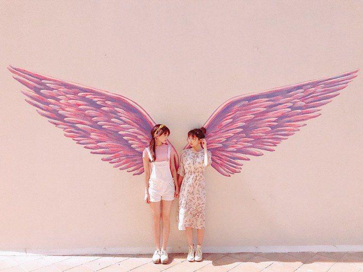 王朝大酒店今年推出天使翅膀牆,翅膀全長達3.6公尺,高2公尺。圖/王朝大酒店提供