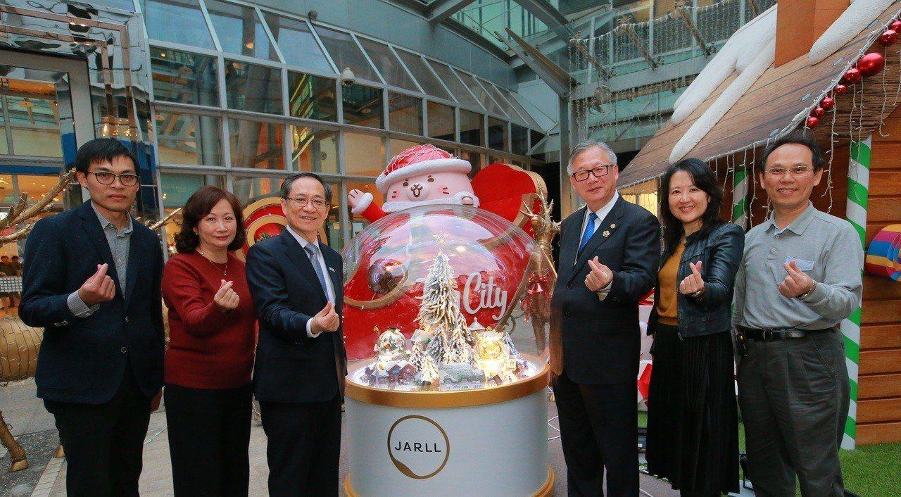 工研院與新竹在地玻璃廠商鑫林玻璃攜手開發,直徑長達120公分的巨型互動水晶球,水...