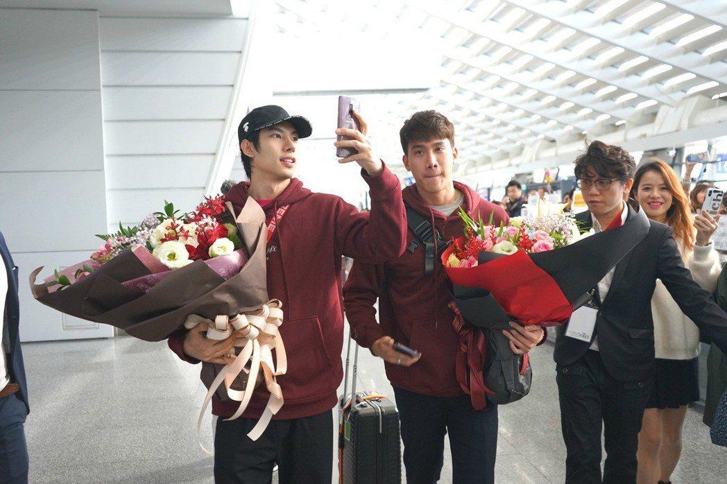 泰國偶像Max(左)、Tul抵台,粉絲熱情接機。圖/LINE TV提供