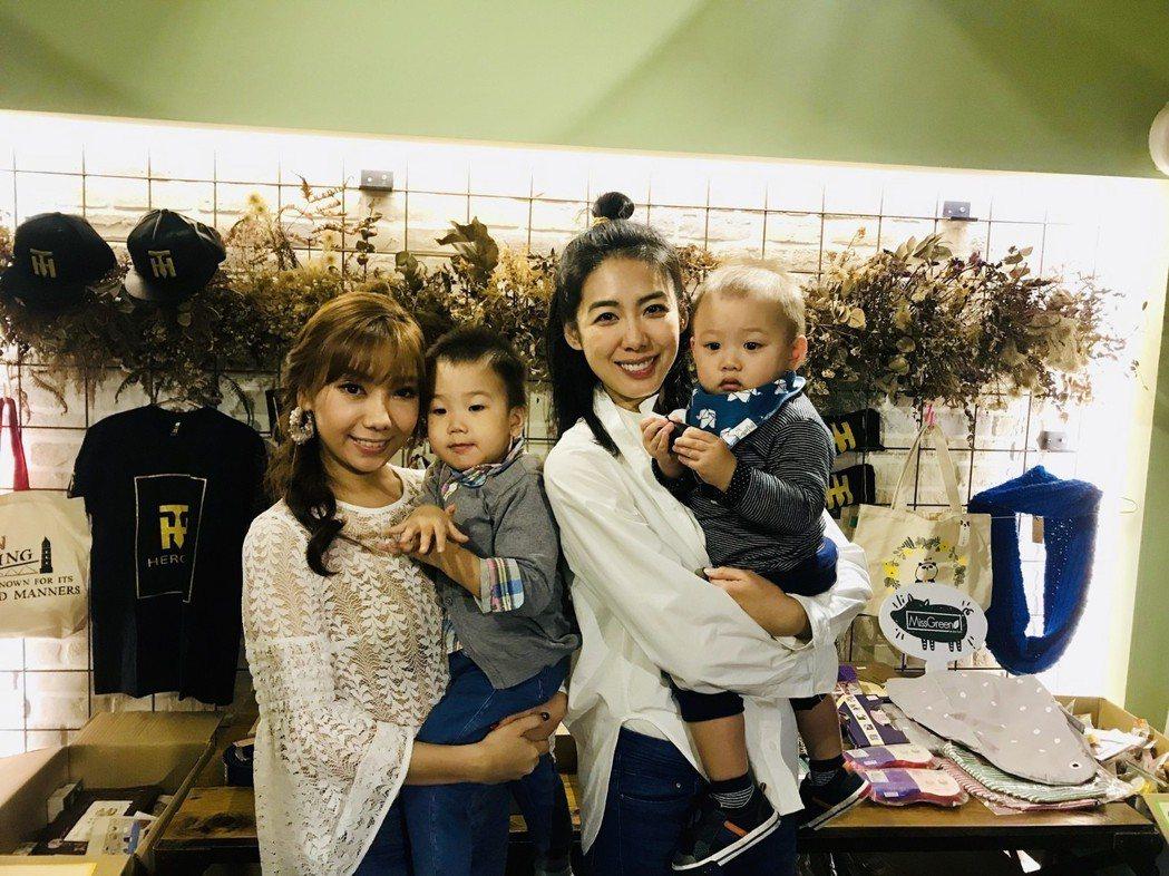 林可彤(右)、黃馨儀帶著寶貝兒子出席愛心義賣活動。圖/星浪娛樂提供