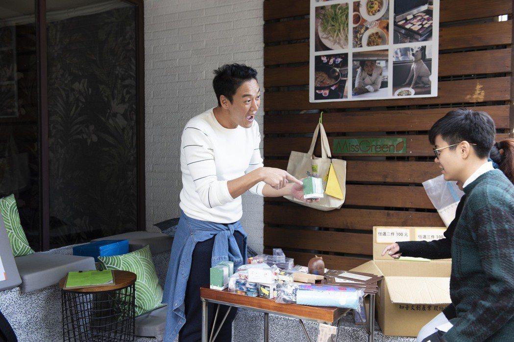 加賀美智久出席愛心義賣活動,招呼民眾推銷義賣品。圖/星浪娛樂提供