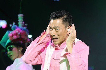 劉德華去年墜馬傷癒後,今(15日)在香港紅館舉辦「My Love Andy Lau劉德華World Tour-Hong Kong 2018」跨年演唱會,向來注重隱私的華仔,首度讓6歲女兒劉向蕙跟老婆...