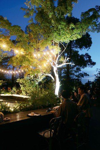 「啤酒森林」隱身表參道商業大樓的開放空間,讓上班族放鬆在大樹下喝兩杯。 圖/朱慧...