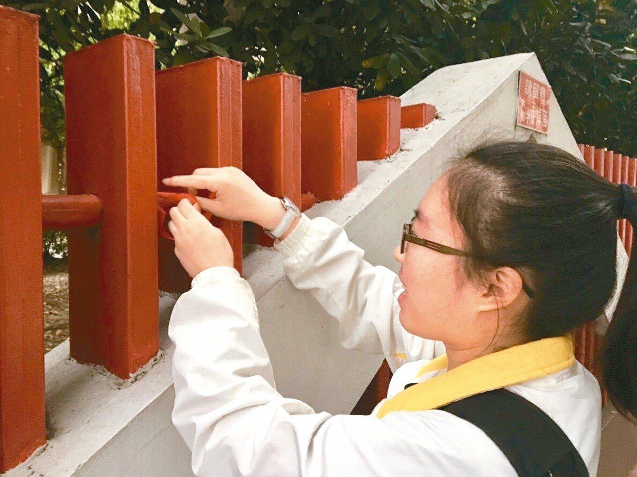 台中女中教師提文資保存、學生發起「紅絲帶運動」,呼籲校方暫緩改造校門。 圖/中女...