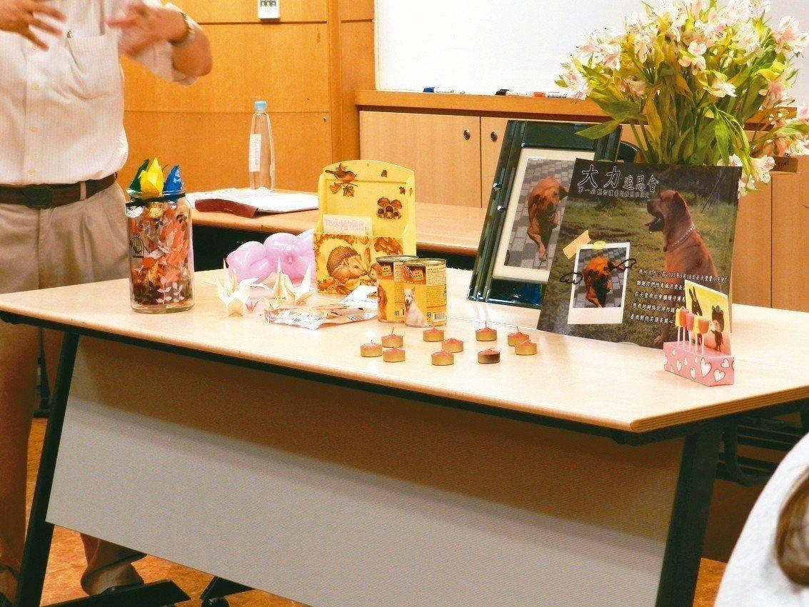 文大推廣教育部曾首推「寵物禮儀師培訓認證班」,圖為舉辦寵物追思會的擺設。 圖/聯...
