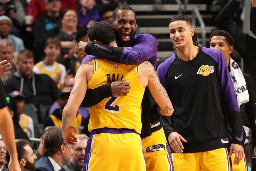 詹姆斯擁抱鮑爾。 擷圖自NBA官方推特