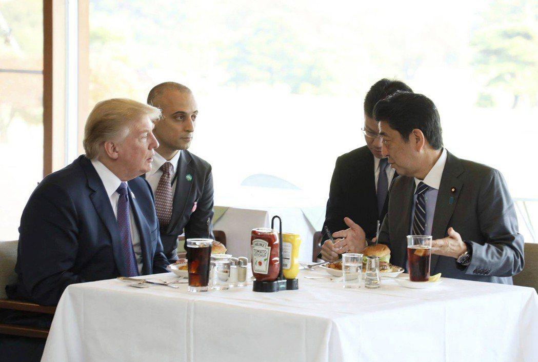去年11月,美國總統川普(左)首次訪問日本,日本首相安倍晉三(右)為川普準備的第...