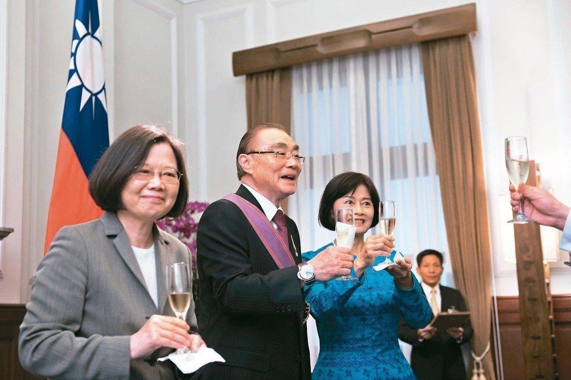蔡英文總統(左)頒授馮世寬(中)一等景星勳章。 圖/取自總統府網站