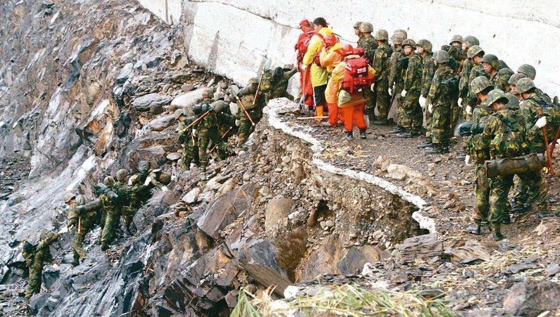 軍方出動救援常深入險境,圖為2009年八八風災,六龜新開部落死亡32人災情慘重,...