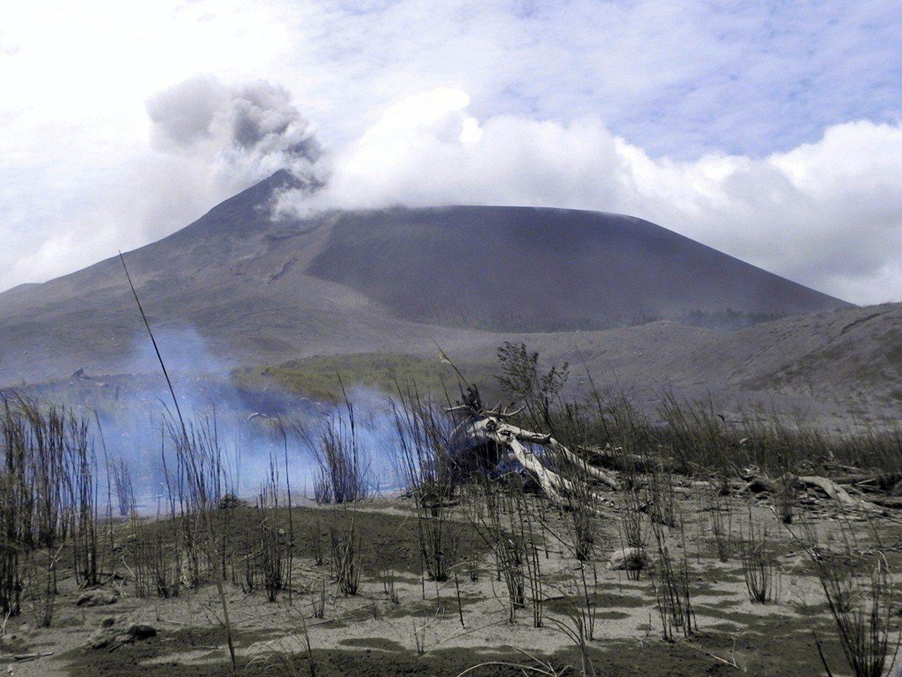 印尼蘇拉威西島(Sulawesi)北部的索普坦火山(Mount Soputan)...
