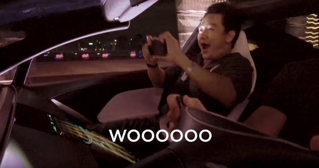 民眾實際上車體驗Tesla Roadster的加速。 摘自YouTube:Tes...