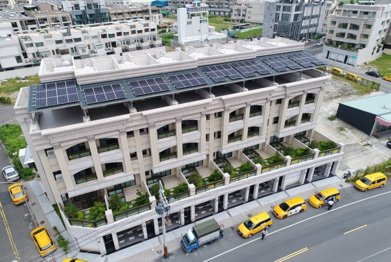 高雄已有3.8萬戶申請高雄厝,特色是在屋頂設綠能設施。圖/高雄市工務局提供