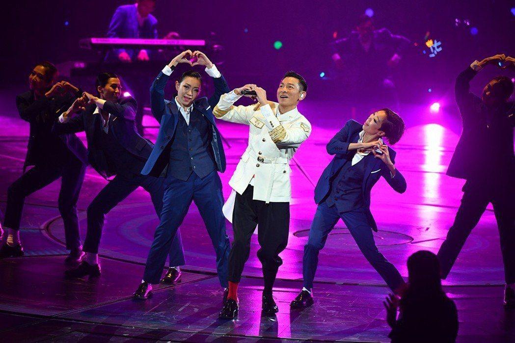 劉德華(右三)在演唱會賣力唱跳。圖/台灣映藝提供