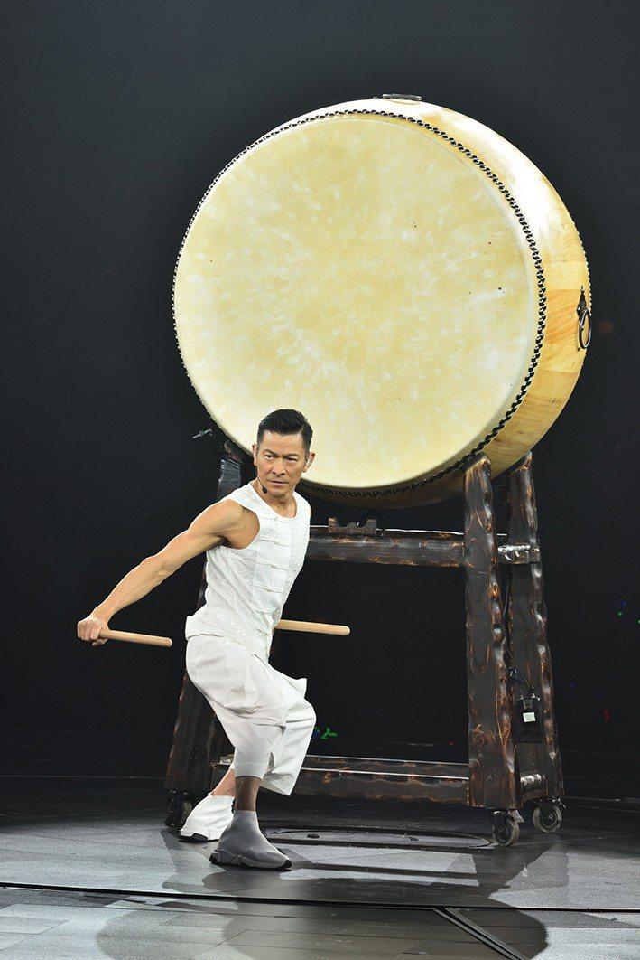 劉德華大展鼓技,二頭肌相當吸睛。圖/台灣映藝提供