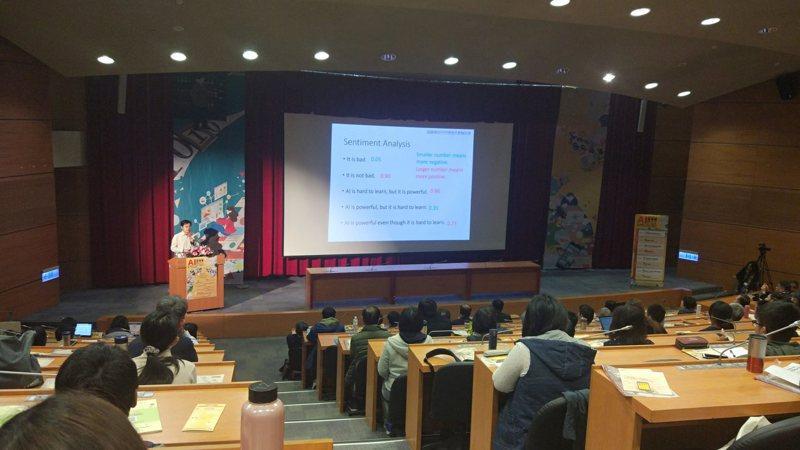 台灣大學今天主辦的「AI 嘉年華」,邀請國內在語言、社群網路、醫療生物資訊、製造、心理、音樂等不同領域,介紹當今人工智慧在這些領域上的應用與發展。記者林良齊/攝影