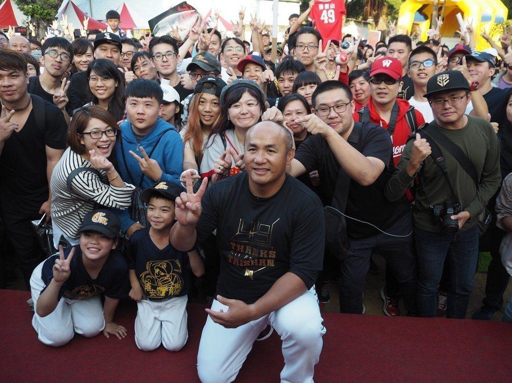 棒球名將張泰山引退,球迷不捨。圖/聯合報系