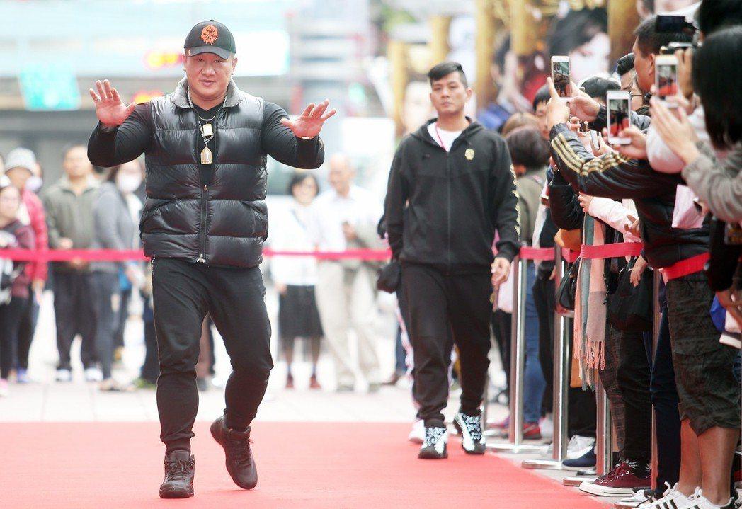 館長陳之漢(左)下午在電影首映會站台。記者陳正興/攝影