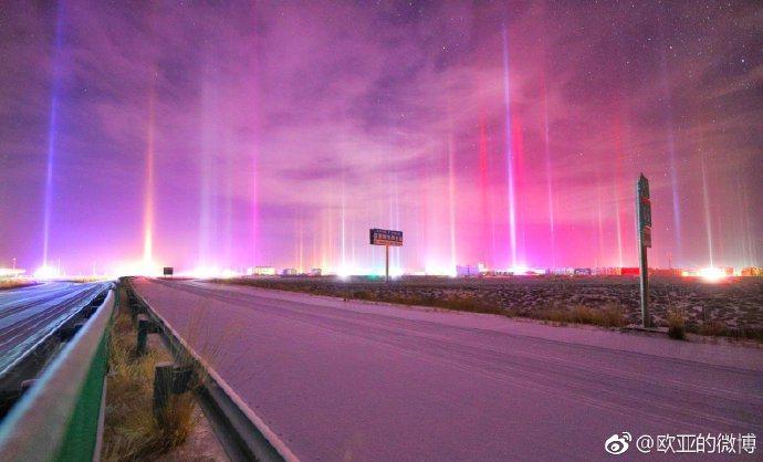 中國青海省海西地區的茶卡鎮,13日出現罕見的光柱自然現象,畫面絕美夢幻,目擊者直...