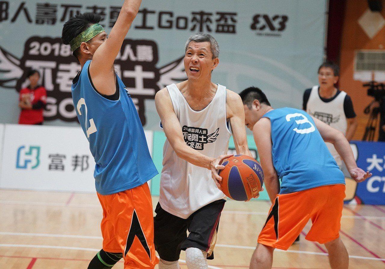 近65歲的楊劍榮(左二)奮勇拚戰,獲得滿堂彩。圖/富邦人壽提供