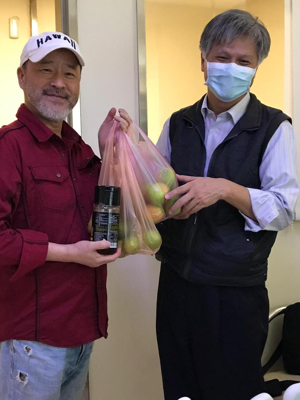 吳蕚洋推薦蜂蜜檸檬給班鐵翔。圖/讀者提供